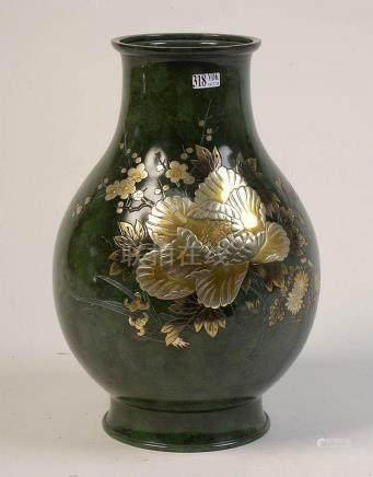 Grand vase en bronze à patine verte au décor floral en métal