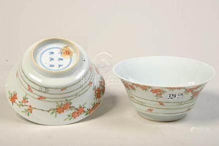 Paire de bols en porcelaine polychrome de Chine au décor flo