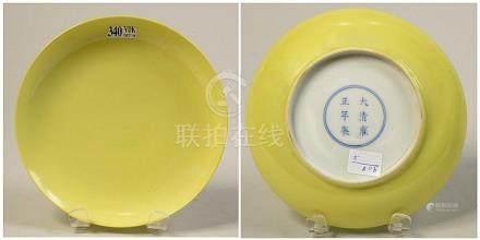 Compotier en porcelaine jaune de Chine. Marque à six caractè
