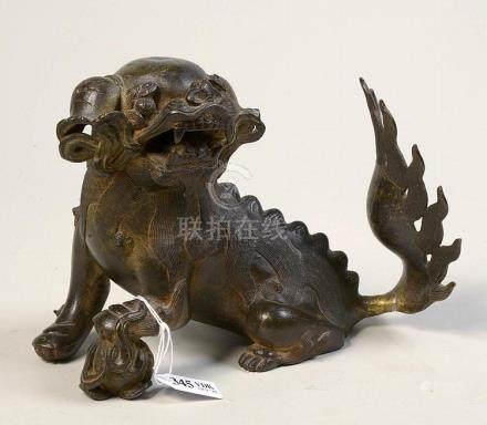 """""""Chien de Fô"""" en bronze à patine brune. Travail chinois. Epo"""