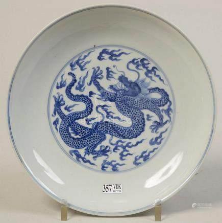 Plat rond en porcelaine bleue et blanche de Chine décoré de