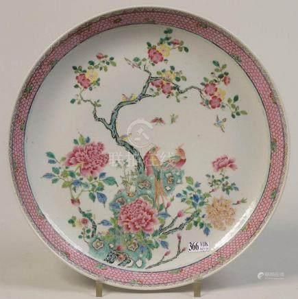 """Plat rond en porcelaine polychrome de Chine dite """"Famille ro"""
