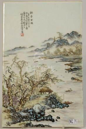 """Plaque en porcelaine polychrome de Chine décorée d'un """"Paysa"""