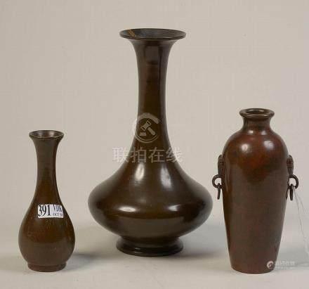 Lot de trois petits vases en bronze à patine brune. Travail
