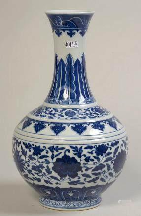 Vase-bouteille en porcelaine bleue et blanche de Chine au dé