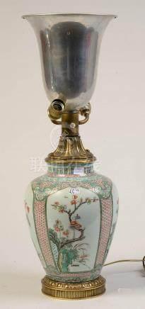 "Vase en porcelaine polychrome de Chine dite ""Famille verte"""
