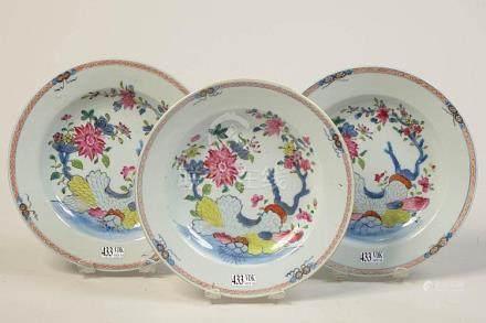 Suite de trois assiettes profondes en porcelaine polychrome