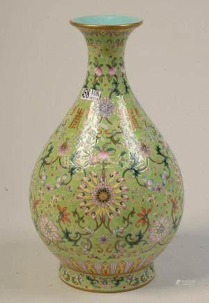 Petit vase-bouteille en porcelaine polychrome de Chine au dé