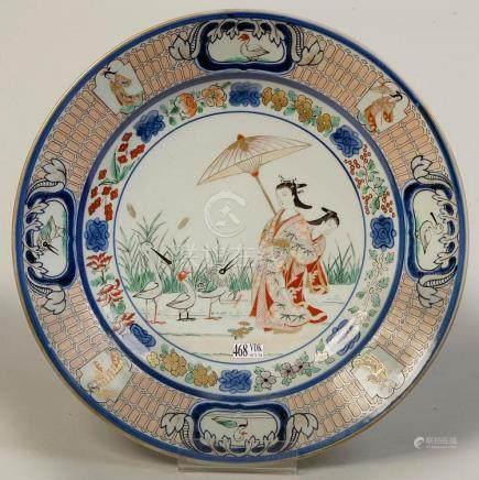 Plat rond en porcelaine polychrome du Japon au décor dit des