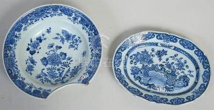 Un plat à barbe et un plat ovale en porcelaine bleue et blan