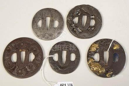 """Lot de cinq tsubas en bronze à patine brune décorés d'un """"Pa"""