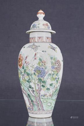 Potiche couverte  En porcelaine à décor de papillons et de fleurs dans le goût de la Chine X