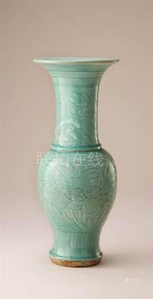 明代 青瓷刻花纹凤尾瓶