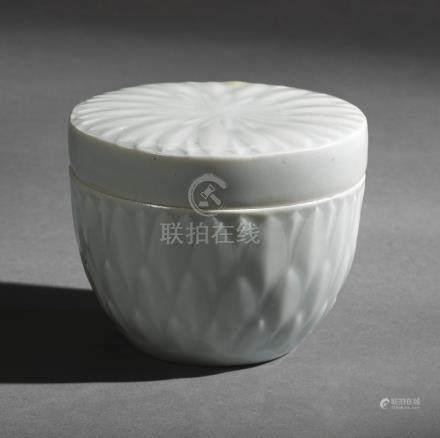 宋   青白釉蓮瓣紋圓蓋盒
