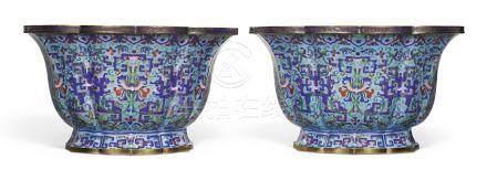 清十八世紀   銅胎畫琺瑯夔龍番蓮紋花盆一對