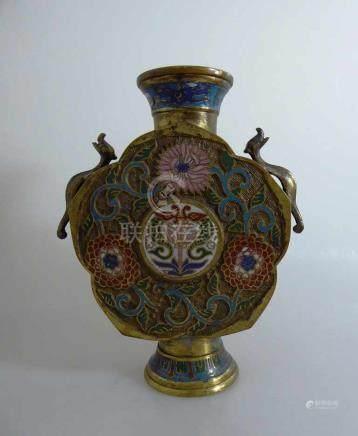 Cloisonne Vase, China um 1900, seitlich zwei Handhaben in Form eines Drachen, Bronzekorpus mit