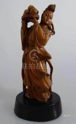 Skulptur, China, Junge Frau eine Schale mit Früchten tragend, Holz fein geschnitzt, auf ebonisierten