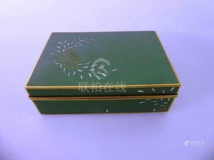 Fein gearbeitete Dose, Japan 20.Jh., Cloisonne / vergoldet, innen Bambusdekor und Ansicht des