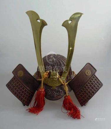 Miniatur Samurai Helm (Kabuto), Japan 20.Jh., Messing/Metall, teils getrieben und ziseliert, innen