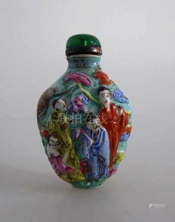 Snuff Bottle, China um 1900, Porzellan, gemodeltes Relief in Emaillefarben, umlaufend