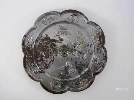 China - Tang Dynastie (618 - 907), Blütenförmiger Bronze - Spiegel, die mittige Öse wird von zwei
