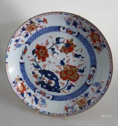 Imari Platte, Japan 19.Jh., Blütenmalerei in Unterglasurblau u. Eisenrot, an der Wandung Haarriss,