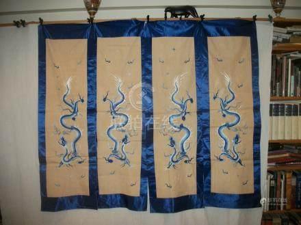 Quatre panneaux de paravent, Chine, lin beige brodé sur relief en camaïeu bleu d'un dragon e