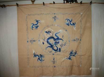 Grand carré, Chine, lin beige brodé sur relief en camaïeu bleu d'un dragon, entre des perles