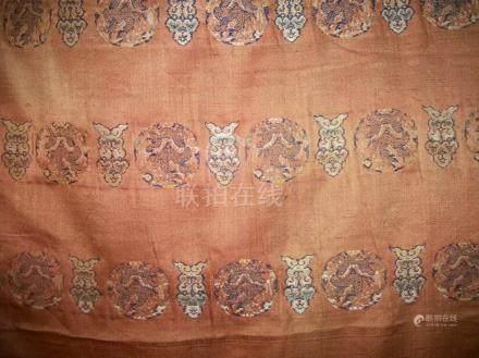 Lé de satin mandarine, Chine, vers 1800, broché aux poils trainants en soie plychrome et fil