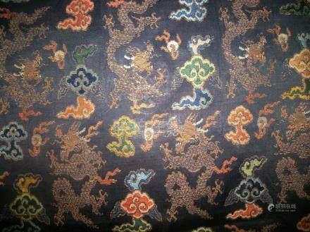Panneau, Chine, dynastie Ming, XVIIème siècle, fond satin bleu, décor broché en soie polychr