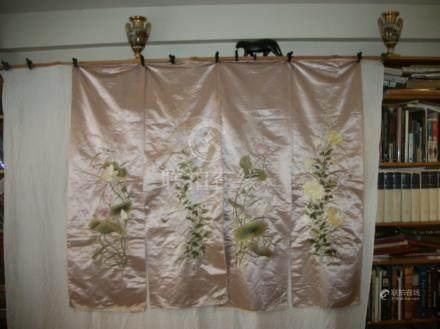 Suite de quatre panneaux de paravent, Chine du Sud, circa 1900, satin rose brodé polychrome