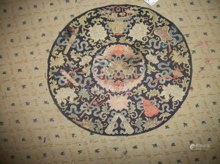 Panneau circulaire, Chine, XVIIIème siècle, kosseu, fond bleu, décor en soie polychrome et f
