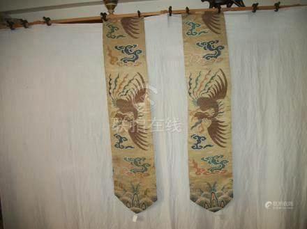 Paire de bannières, Chine, XVIIIème siècle, lampas, fond satin crème, décor broché en soie p