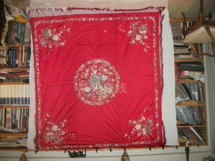 Grand carré, Chine du Sud, circa 1900, satin rouge, décor brodé polychrome d'un médaillon av