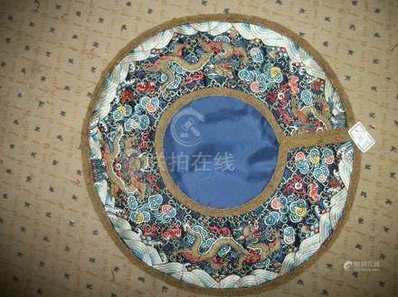Col, Chine, XIXème siècle, satin bleu, brodé en soie polychrome et fil d'or de dragons à cin