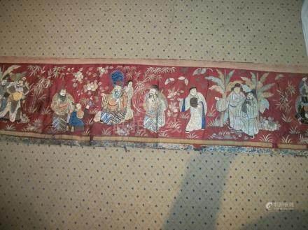Bandeau, Chine, vers 1900, fond satin rouge brique, décor brodé en soie polychrome et fil d'