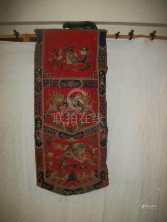 Devant d'autel, Chine, vers 1900, feutre rouge, décor brodé en application de phénix, dragon