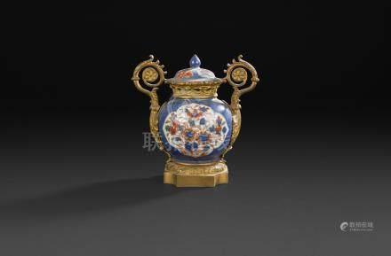 Vase pot-pourri en porcelaine de Chine ou japon à décor Imari, la monture de bronze doré à a