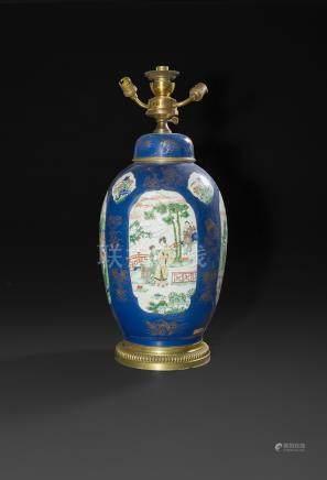 CHINE - XIXe sièclePotiche couverte montée en lampe en porcelaine émaillée polychrome dans l