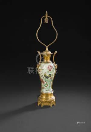 CHINE - XVIIIe siècleVase de garniture de forme balustre en porcelaine à décor émaillé de la