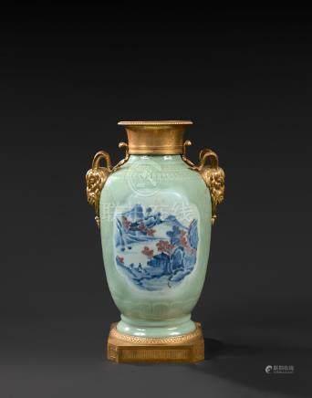 Vase en porcelaine de Chine céladon à décor de paysages dans des réserves et monture de bron