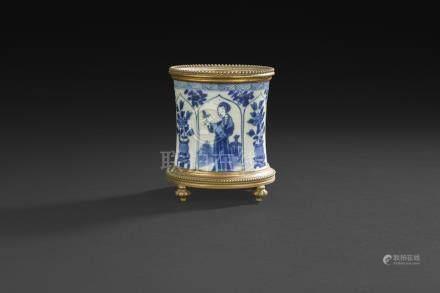 CHINE, Canton - XIXe siècleEnsemble en porcelaine blanc comprenant deux terrines à décor de