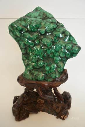 一块美丽的孔雀石摆件--A beautiful piece of malachite ornaments. Lot size: Height: 27.5cm, Width: 15.8cm.