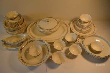 老式 英国描金与粉彩图纹盘碗一套:Vintage British gold and pastel pattern plate set