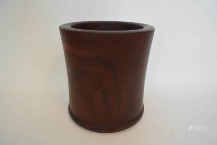 小叶紫檀木笔筒:Leaflet rosewood pen holder: Lot size: height: 16cm, width: 15cm.