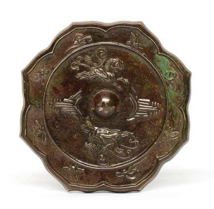 銅騎馬人物花棱鏡