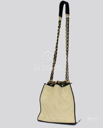 CHANEL sac en cuir noir et toile blanche à damier, les anses en chaines dorées et cuir entre