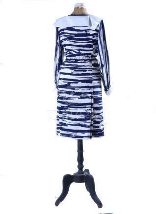 CHANEL, robe en soie, col et poignées amovibles, taille 40.