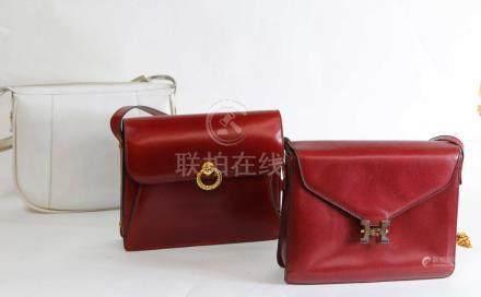2 sacs à main en cuir bordeau 20x25 et 1 en cuir blanc 23x29.Maroquinerie.