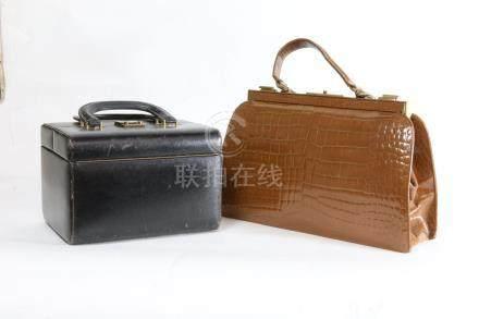 square mouth marron 24x38 et 1 vanity en cuir noir 17x25 cm.vintage.
